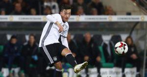 Une passe réussie d'Özil avec le maillot de l'Allemagne, malheureusement pour lui, ses avocats n'ont pas été capables de produire de telles photos sous le maillot d'Arsenal