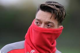 Özil se camoufle à la sortie de son audition par les juges financiers