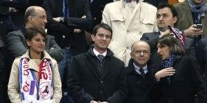 Najat Vallaud-Belkacem est obligée d'arborer les écharpes de Lyon et du PSG, symboles de l'élitisme dans le football français. Son malaise est visible.