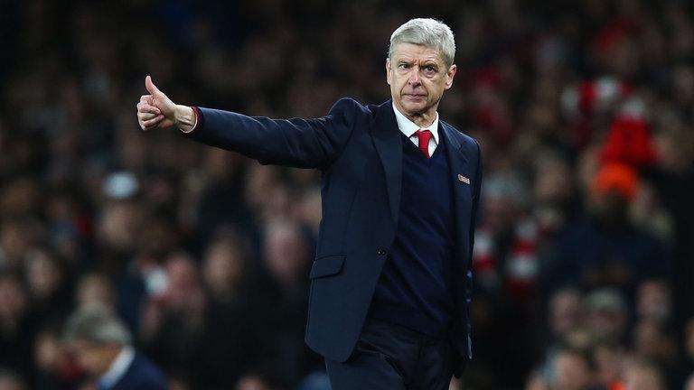Beau joueur Arsène Wenger félicite Antonio Conte. Mais impossible de lui serrer la main. Il bouge trop.