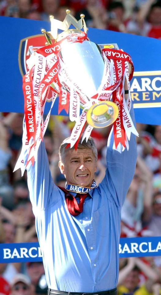 Arsène Wenger au somment de sa gloire, en 2004. Les plus jeunes de ses supporters ont du mal à croire à cette Histoire.
