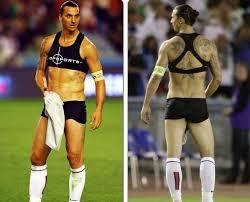 Coaché par Blanc, Zlatan enfile un sous-vêtement qui ressemble à un soutien-gorge