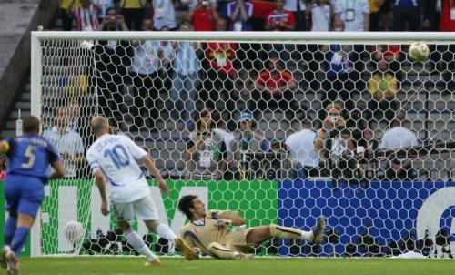 La Panenka de Zidane est à deux doigts d'être ratée. Zidane n'était pas très raisonnable ce soir là.