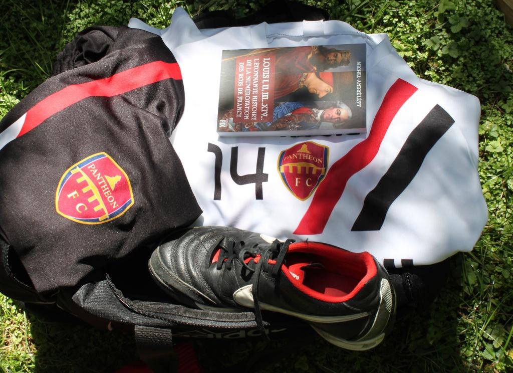 Un livre d'Histoire qui traine négligemment dans votre sac de foot. La classe.