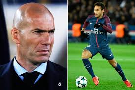 Zizou, perplexe, regarde Neymar qui court avec un ballon