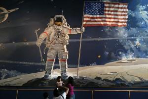 C'est vrai qu'en regardant attentivement cette photo, on a un doute. L'anneau de Saturne a l'air faux, comment le drapeau peut-il flotter au vent sans vet et en plus en bas de la photo des gens circulent, comment est-ce possible sans atmosphère sur la lune?
