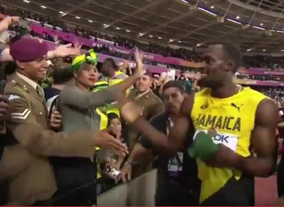 Bolt n'a pas gagné. Mais il sourit et fait des heureux.
