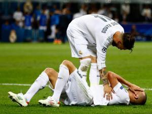 Sergio Ramos félicite Pepe pour son jeu d'acteur. Et il sait de quoi il parle.