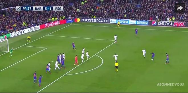 Le positionnement du PSG est clairement inapproprié : sur l'aile droit de sa défense trois barcelonais sont libres de tout marquage.