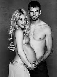 Même enceinte du footballeur Piqué, Shakira a une poitrine minuscule