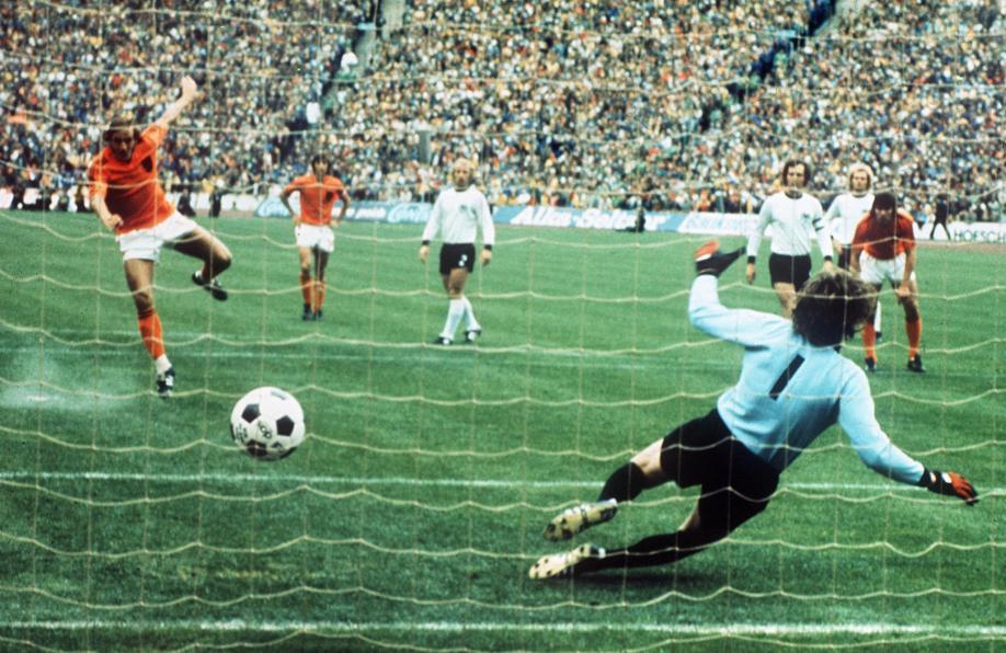 Neeskens marque le pénalty en finale de la Coupe du Monde 1974. La Malédiction du Pénalty Précoce va frapper une première fois au plus haut niveau.