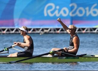 Les Néo-Zélandais ont gagné 4 médailles d'or, en aviron, voile et canoë-kayak. Avant d'être un vaste terrain de rugby, la Nouvelle-Zélande est une île.